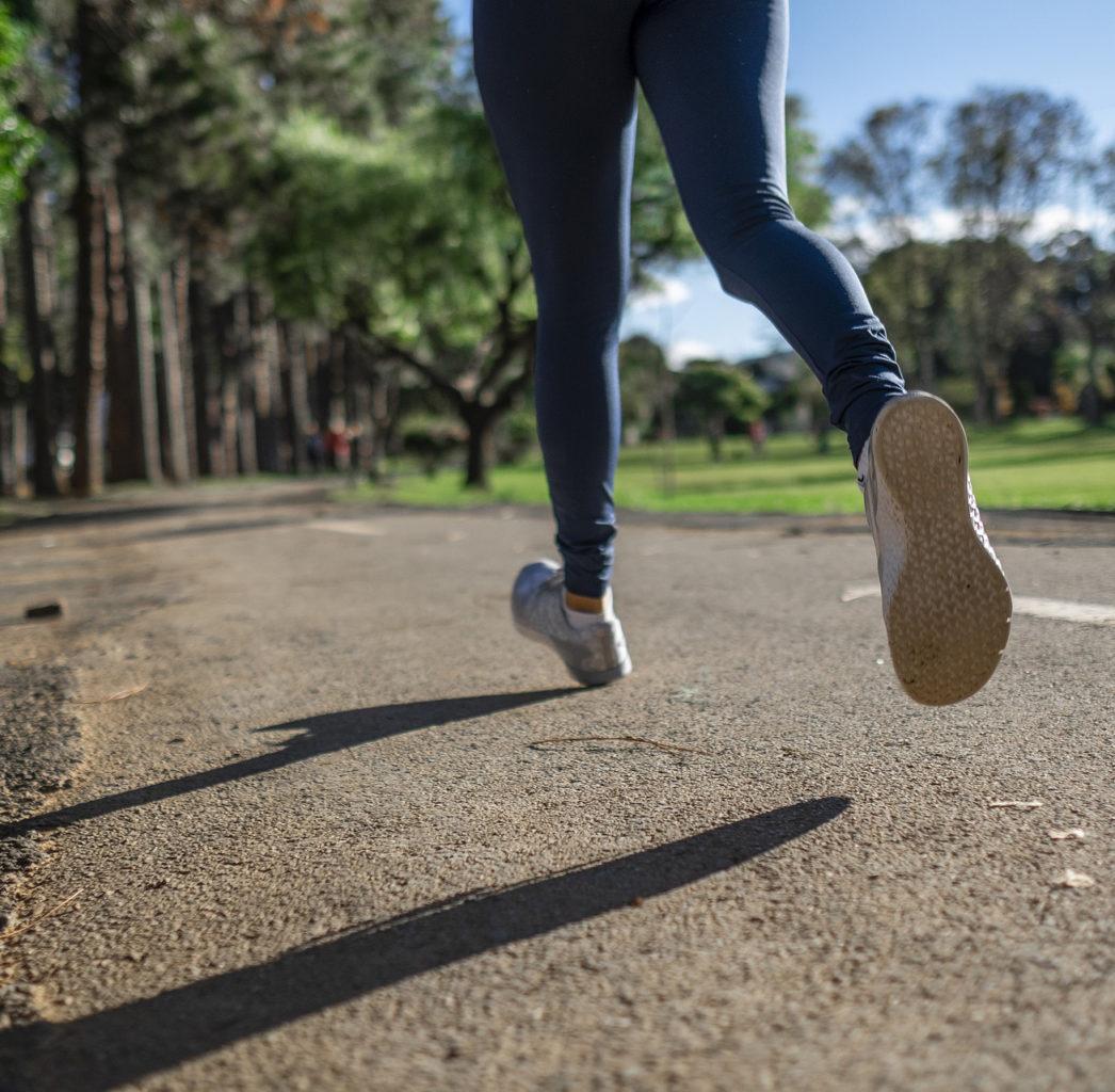 Jambes de joggeuse en action sur une route